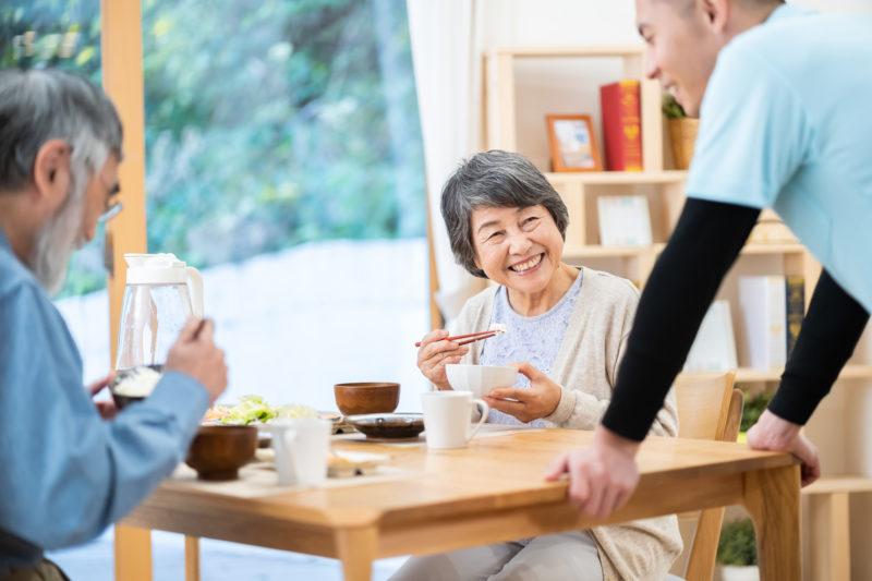 老人ホーム 食事-老人ホームで食事をするシニア