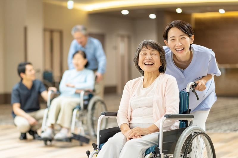 老人ホーム 年末年始-笑顔の高齢者と介護士