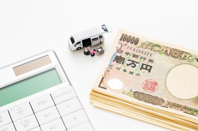 訪問介護 料金-お金と電卓と老人ホームの車