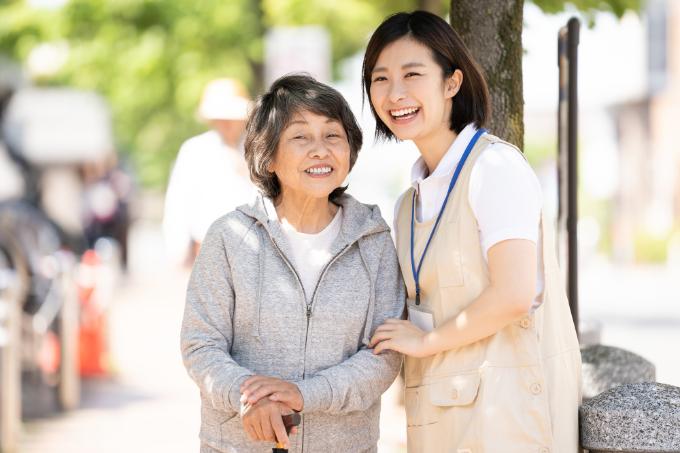 老人ホーム ボランティア-笑顔の高齢者と介護士