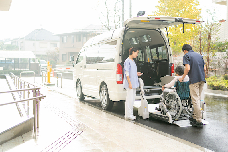 介護タクシー 料金-デイサービスに向かう車イスのシニア女性