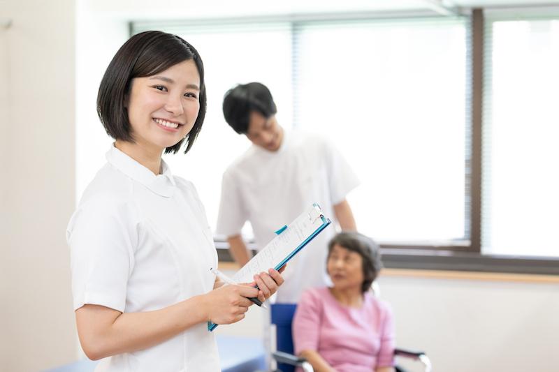 療養型病院 埼玉-リハビリに就て説明する介護スタッフ
