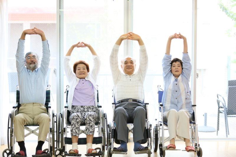 老人ホーム レクリエーション-伸びをする高齢者たち