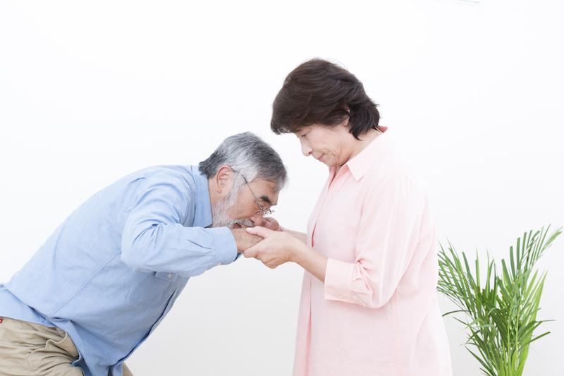 在宅介護 問題点-立ち上がり介助をするシニア夫婦