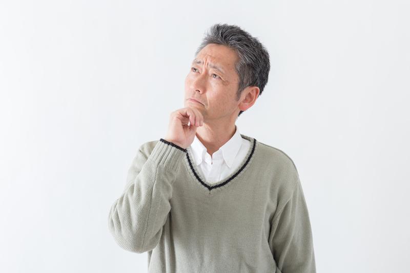 ヒートショック 対策-考え事をしている男性シニア