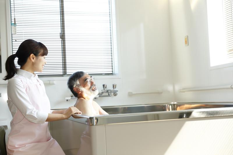 訪問入浴介護 料金-訪問入浴介護を受ける高齢者