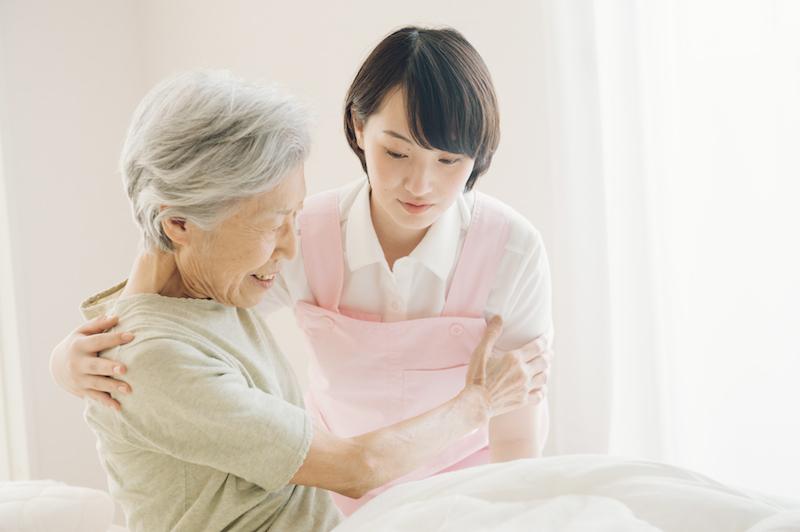 ターミナルケア 施設-訪問看護士と高齢者