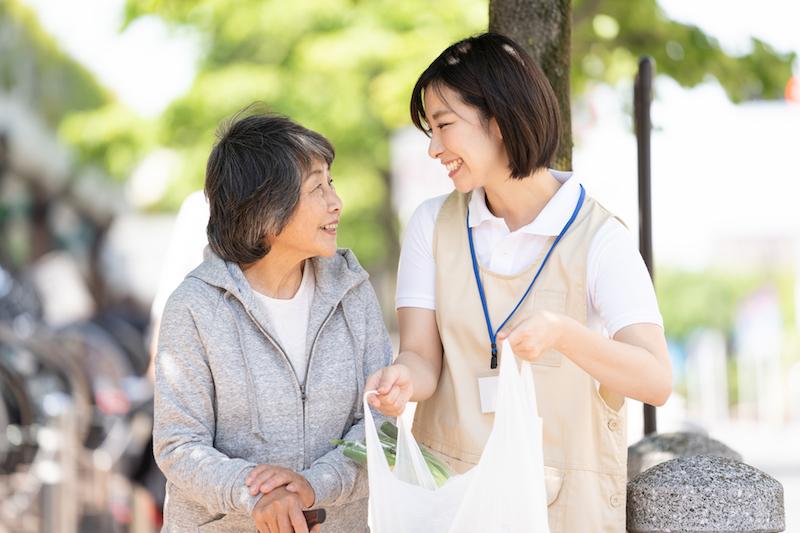 地域包括ケアシステム メリット-買い物に行く介護士と高齢者