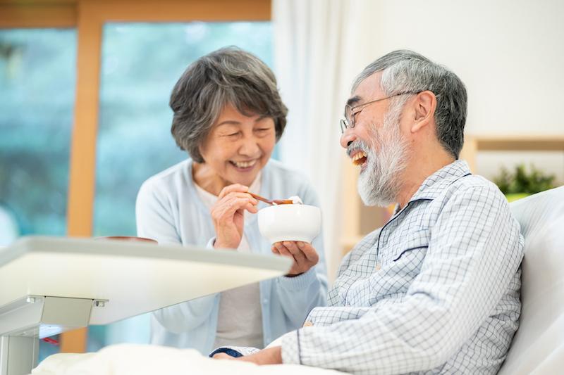 老老介護 問題点 解決策-食事介助をするシニア夫婦