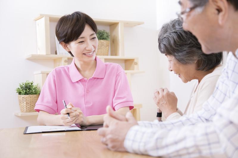 要介護認定 流れ-高齢者から話を聞くケアマネージャー