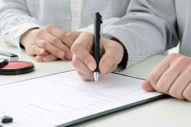 老人ホーム 必要書類-契約書にサインする人