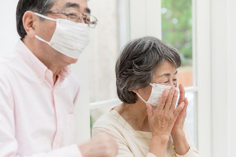 アベノマスク 介護施設-マスクをしている高齢者