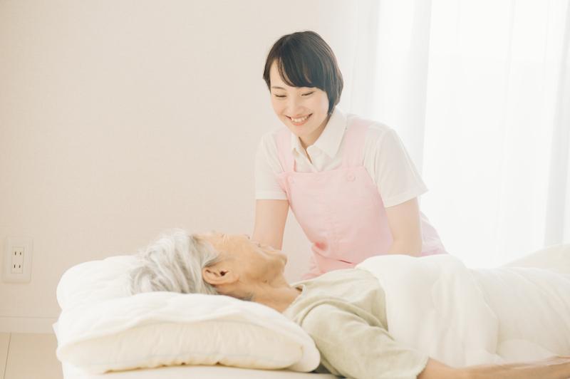 ターミナルケア 施設-寝たきりの高齢者を介護するヘルパー