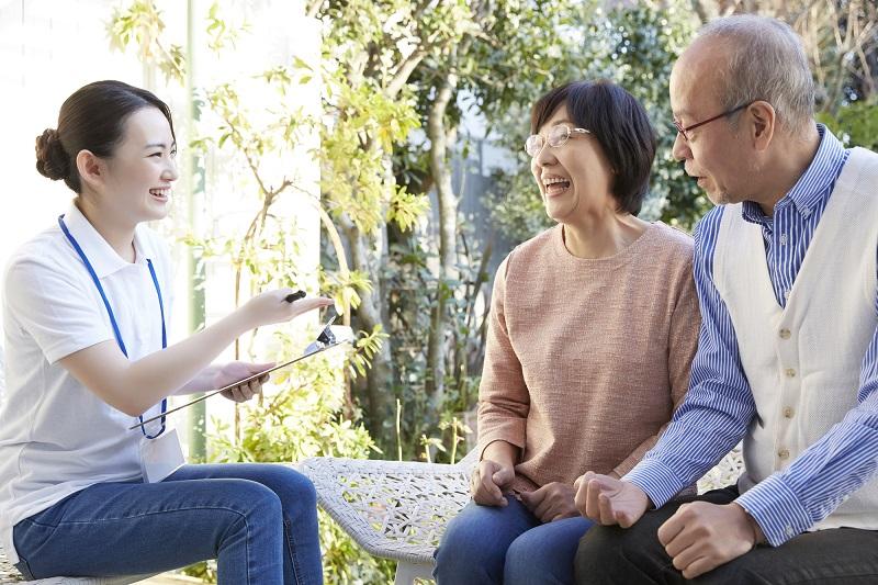 遠距離介護 支援-シニア夫婦と介護士