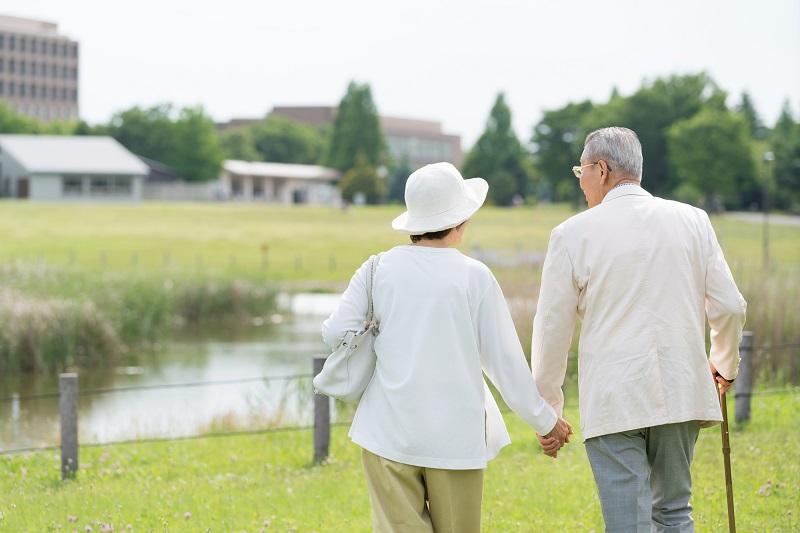 老人ホーム 神奈川 夫婦-手を繋いでいる後ろ姿のシニア夫婦
