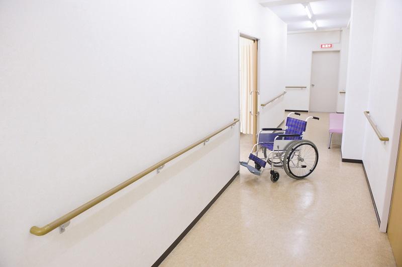 介護療養型医療施設 費用-病院の廊下にある車イス