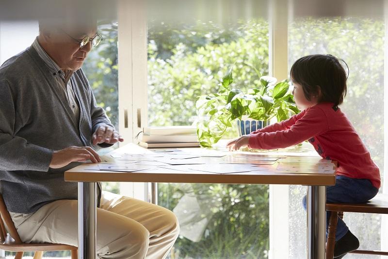 ダブルケア 支援-勉強をする子供とおじいちゃん