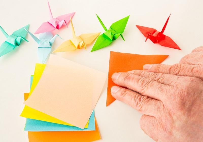 認知症ケアについて-認知症予防の折り紙