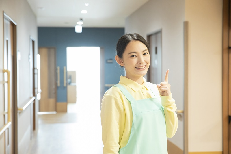いい介護施設・介護士の特徴-介護施設内でポイントを解説する介護士