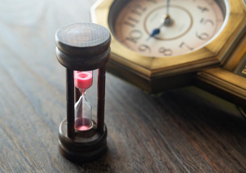 死生観とは-砂時計と古時計