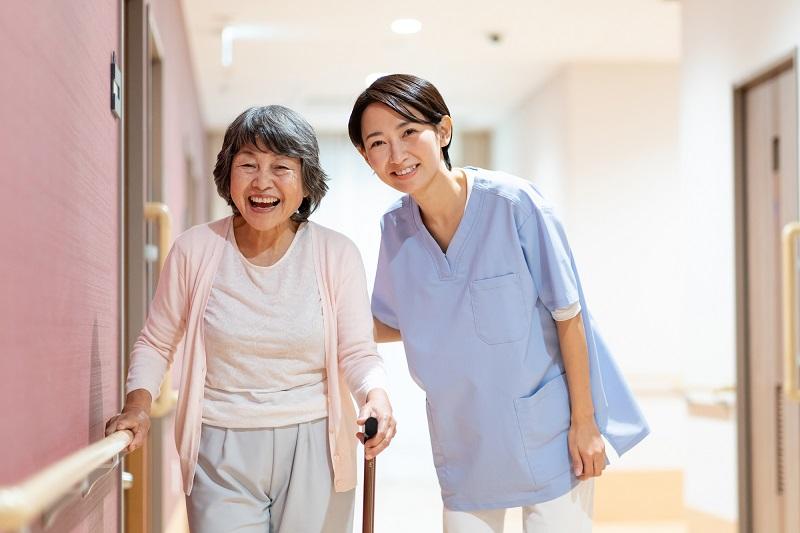 認知症の方の施設探し-笑顔のシニアと介護士