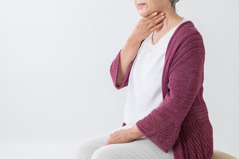 誤嚥性肺炎 予防-誤嚥しているシニア女性