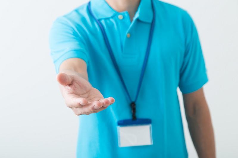 若年性認知症 症状-手を差し伸べるケアマネージャーの上半身