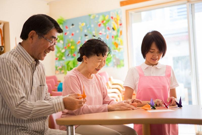 共生型サービスとは-折り紙をする高齢者とヘルパー