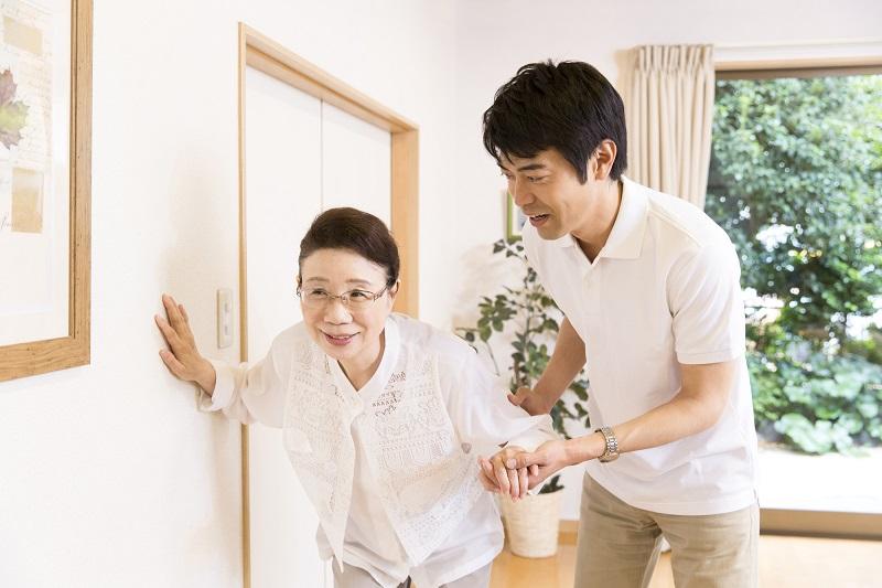 認知症の在宅介護について-母親を介護する男性