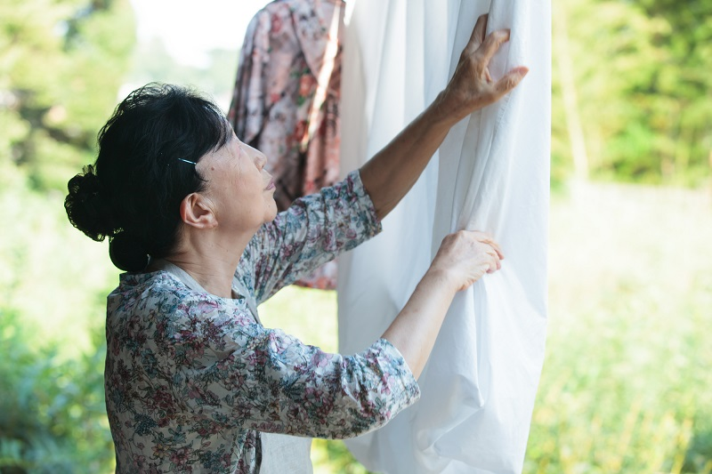 IADLとは-洗濯物を干すシニア女性