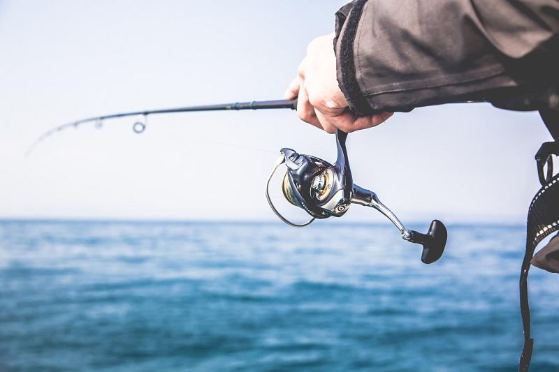 介護職での体験談-海釣りをする人のリール部分