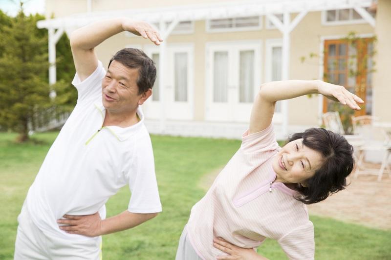 環境整理収納術-体操をするシニア夫婦
