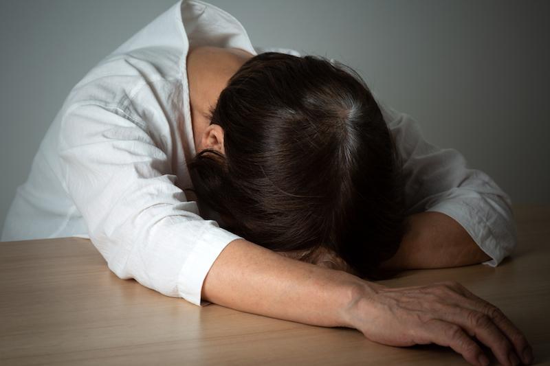 老人性うつ 症状-憂うつなシニア女性