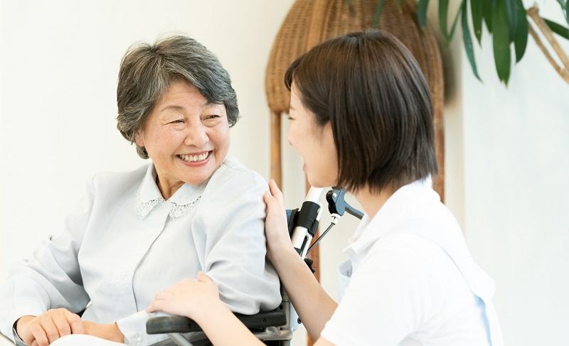 老健 東京-車イスのシニアと看護師