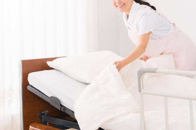 電動ベッドの使い方-電動ベッドを整える介護士