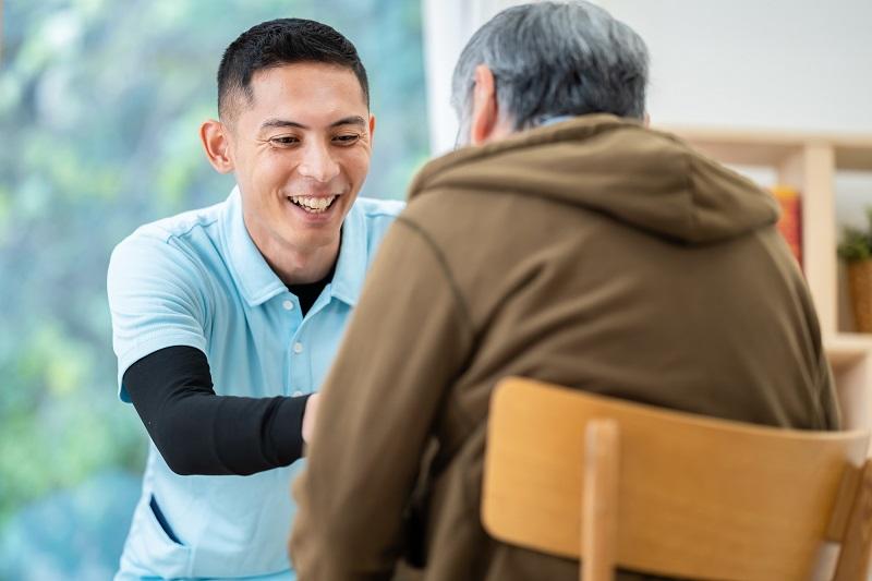 介護業界 転職-シニアに寄り添う男性介護士
