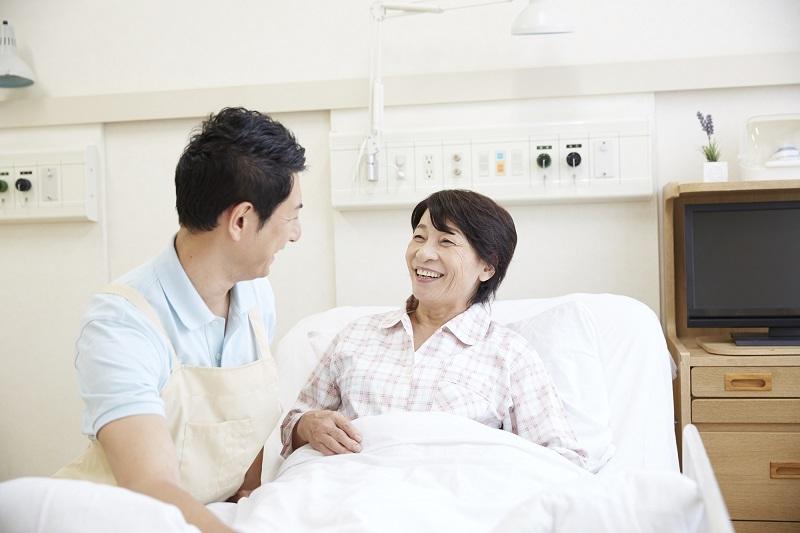 介護業界 転職-ベッドにいる患者に寄り添う男性介護士