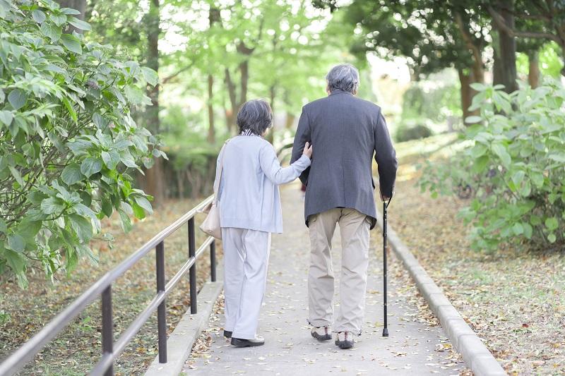 歩き方のメカニズム-シニア夫婦が歩いている後ろ姿