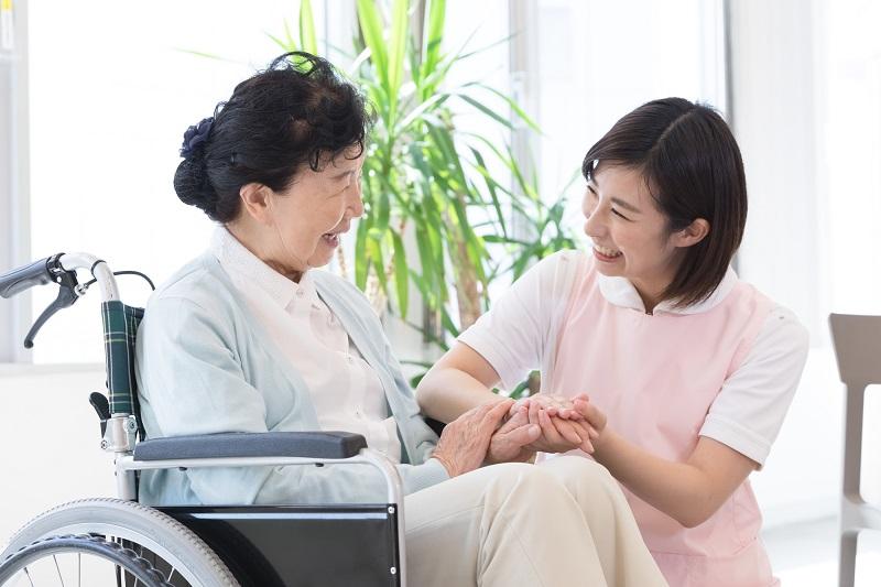 介護職員初任者研修について-介護職員と車イスに座るシニア