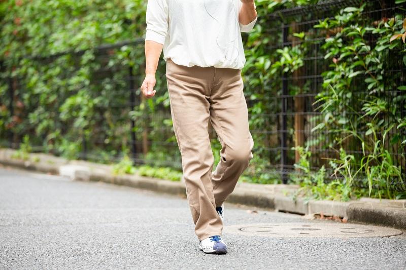 歩き方のメカニズム-歩いているシニア女性の身体